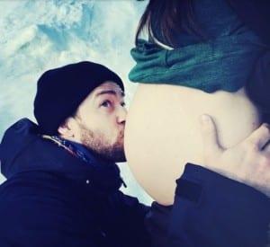 Justin Timberlake kisses Jessica Biel's pregnant tummy