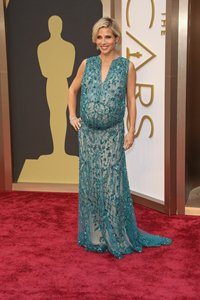 73218fab71187 Elsa Pataky shows off chic maternity clothes during pregnancy